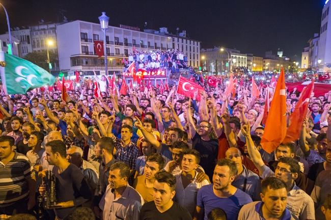 Konya'da Askeri Kalkışmaya büyük tepki 6