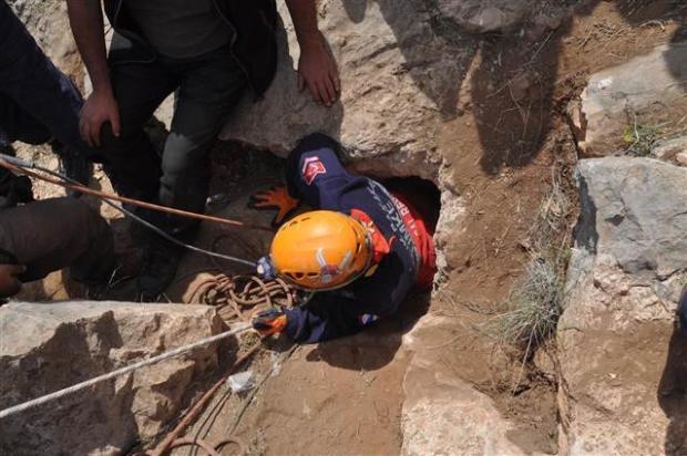 Define ararken düştüğü mağarada mahsur kaldı 11