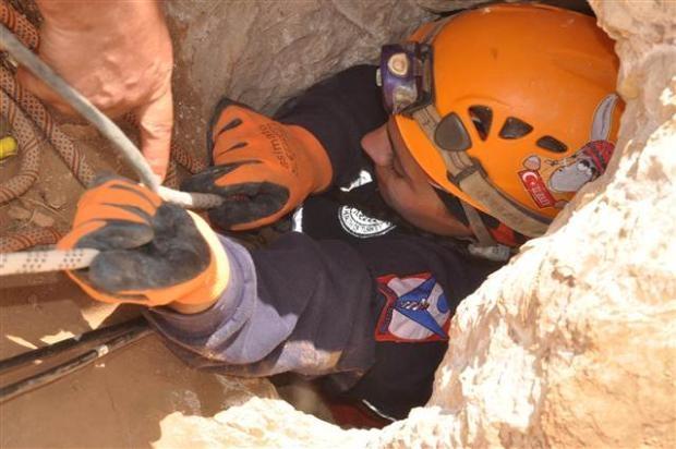Define ararken düştüğü mağarada mahsur kaldı 13