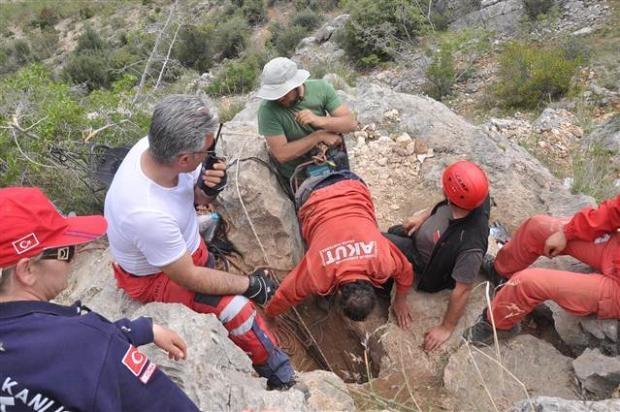 Define ararken düştüğü mağarada mahsur kaldı 15