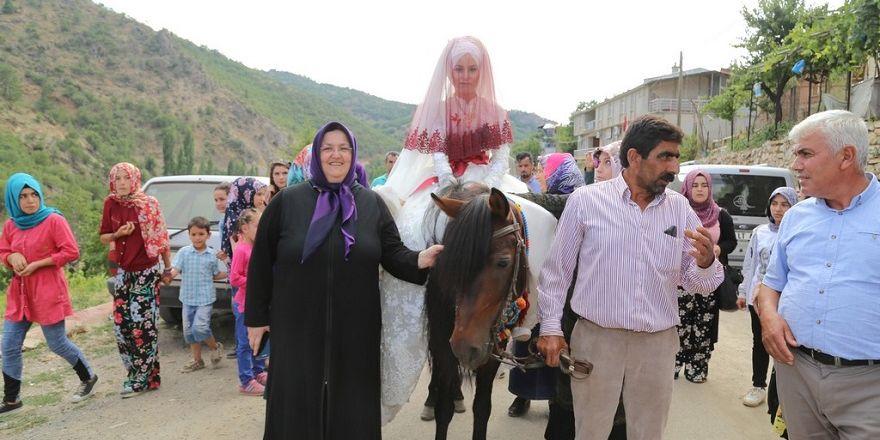 At üzerinde gelin getirme geleneğini yaşattılar