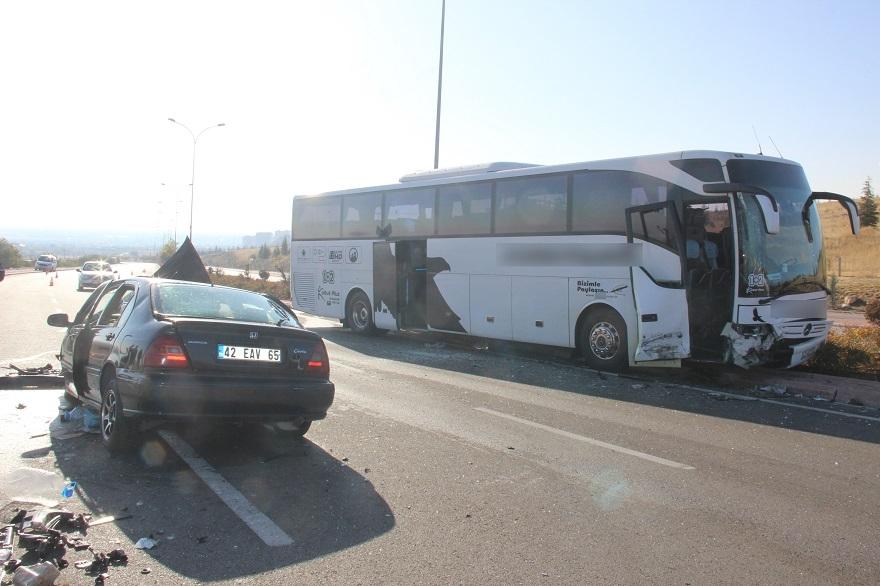 Yolcu otobüsü ile otomobil kafa kafaya çarpıştı: 1'i ağır 2 yaralı 1