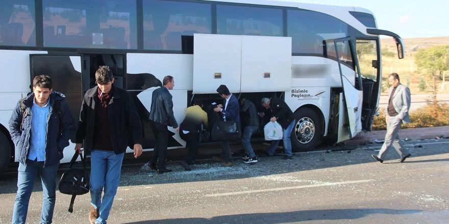 Yolcu otobüsü ile otomobil kafa kafaya çarpıştı: 1'i ağır 2 yaralı