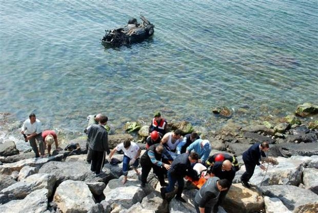 Zonguldak'ta araç denize uçtu 9