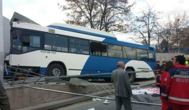 Ankara'da feci kaza 3 ölü 13