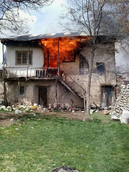 Yaşlı kadın kendi eliyle evini yaktı 1