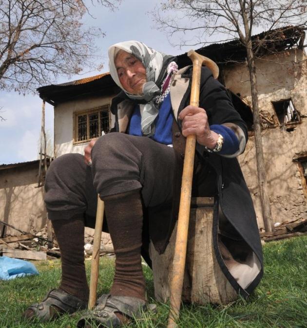 Yaşlı kadın kendi eliyle evini yaktı 2