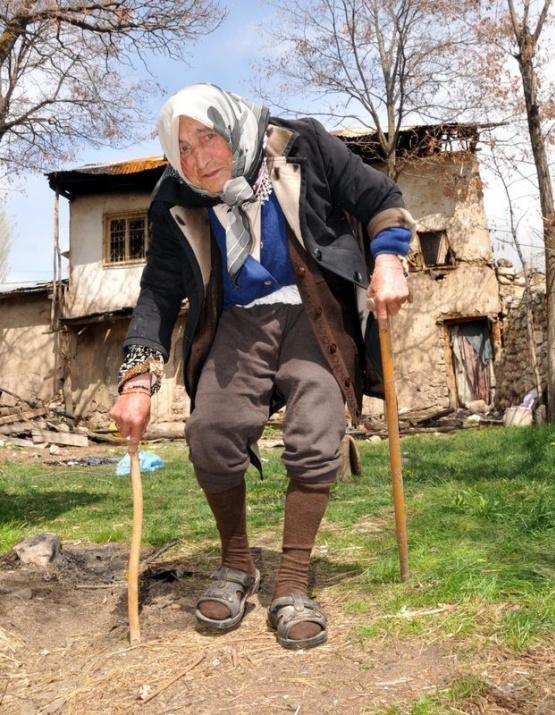 Yaşlı kadın kendi eliyle evini yaktı 4
