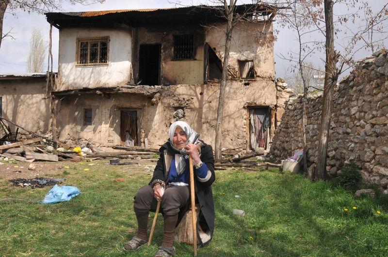 Yaşlı kadın kendi eliyle evini yaktı 5