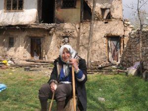 Yaşlı kadın kendi eliyle evini yaktı