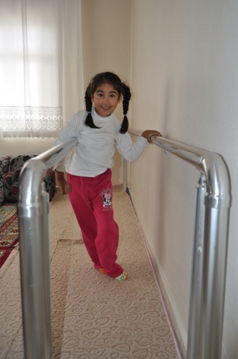 Öğretmenin azmi engelli çocuğu yürüttü 4