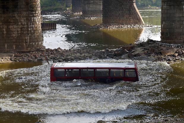 Film çekimi için otobüsü köprüden attılar 1