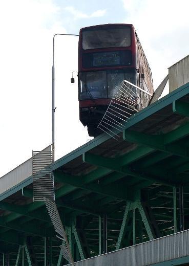 Film çekimi için otobüsü köprüden attılar 2