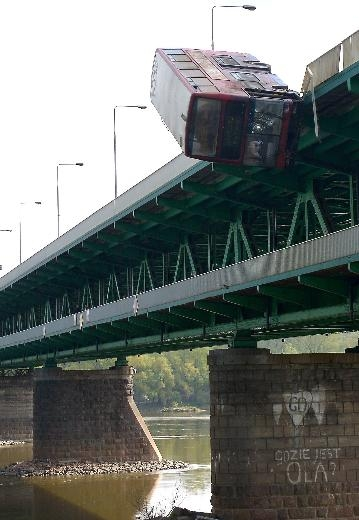 Film çekimi için otobüsü köprüden attılar 3