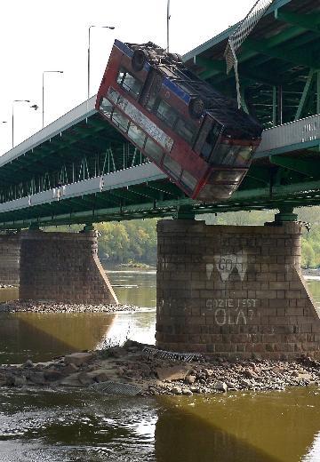Film çekimi için otobüsü köprüden attılar 4