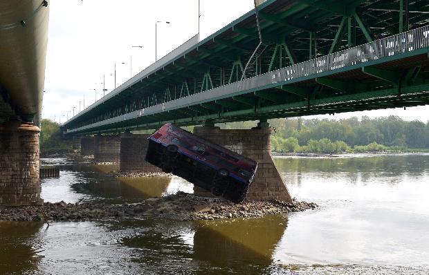 Film çekimi için otobüsü köprüden attılar 5