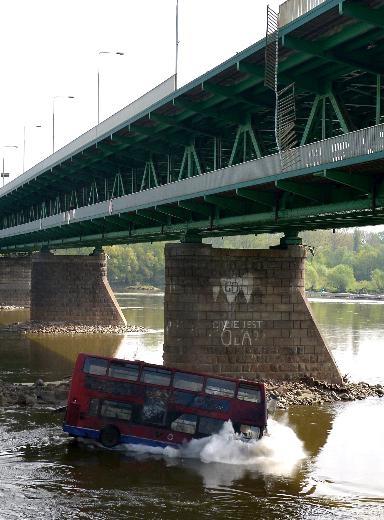 Film çekimi için otobüsü köprüden attılar 6