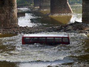 Film çekimi için otobüsü köprüden attılar