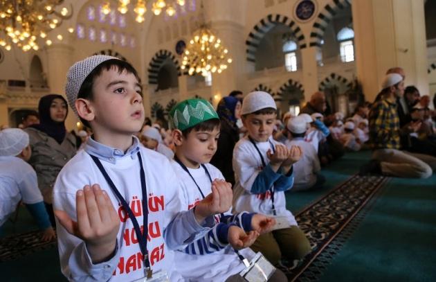 520 çocuk camide namaza durdu 1