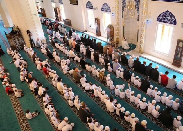 520 çocuk camide namaza durdu 11