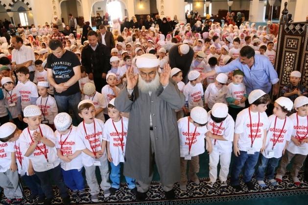 520 çocuk camide namaza durdu 12