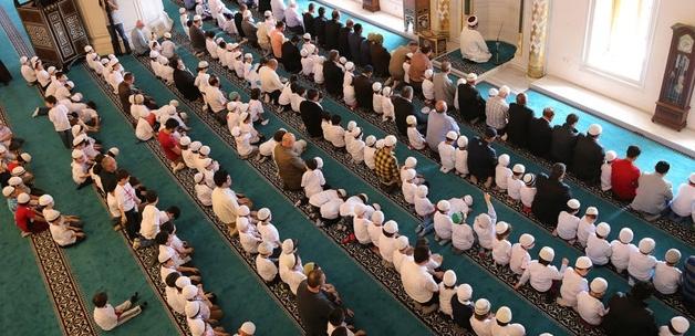 520 çocuk camide namaza durdu 2