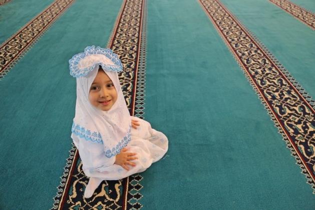 520 çocuk camide namaza durdu 3