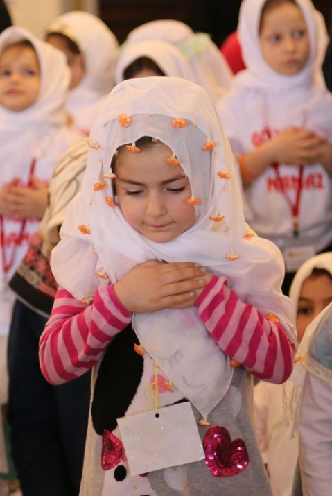 520 çocuk camide namaza durdu 5