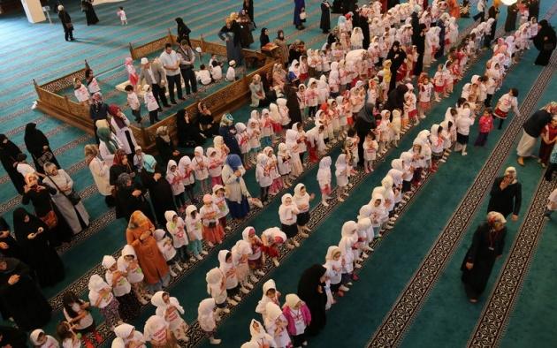 520 çocuk camide namaza durdu 7