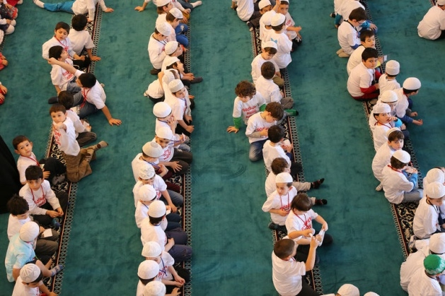 520 çocuk camide namaza durdu 8