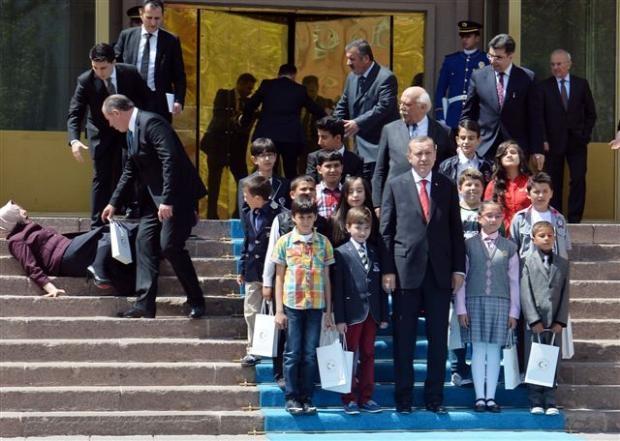 Başbakanlık merdivenlerinden düştü 3
