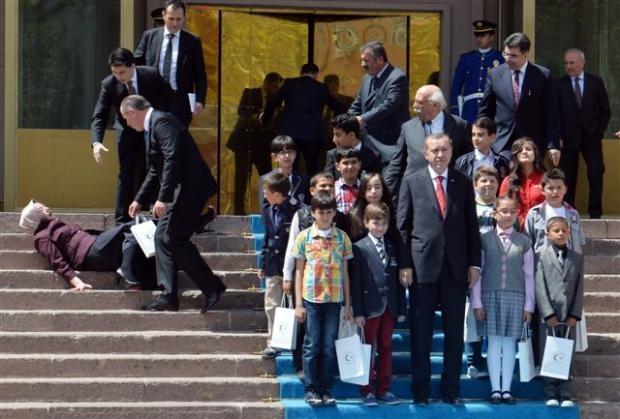 Başbakanlık merdivenlerinden düştü 4
