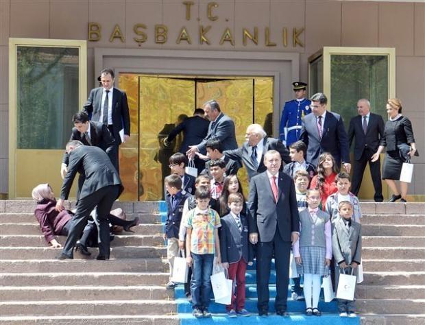 Başbakanlık merdivenlerinden düştü 5