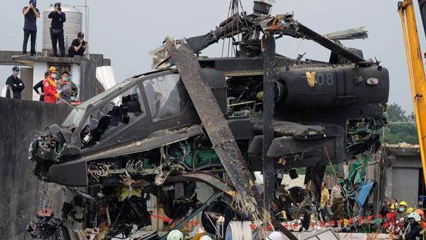 Tayvan'da helikopter çatıya çarptı 1