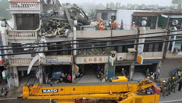 Tayvan'da helikopter çatıya çarptı 4
