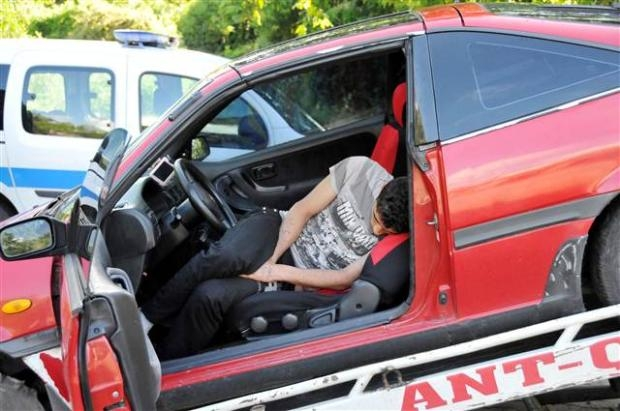 Otomobilinin içinde uyudu soğuk suyla ayıldı 1