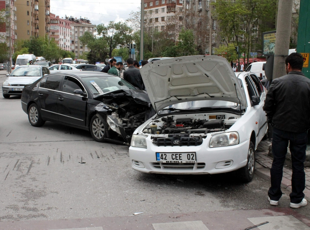 2 otomobil çarpıştı 2