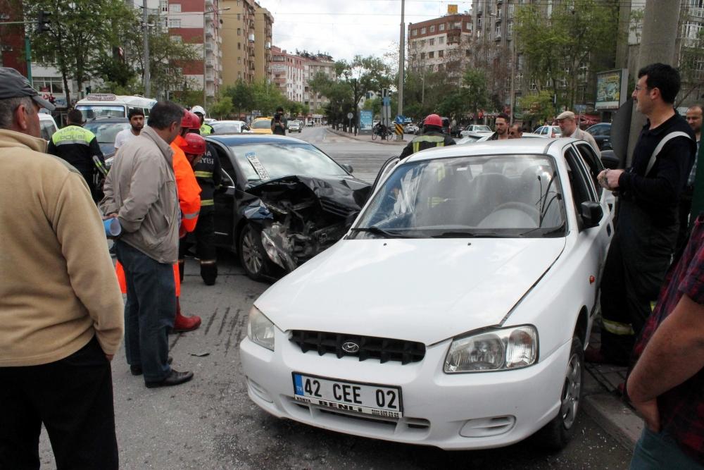 2 otomobil çarpıştı 5