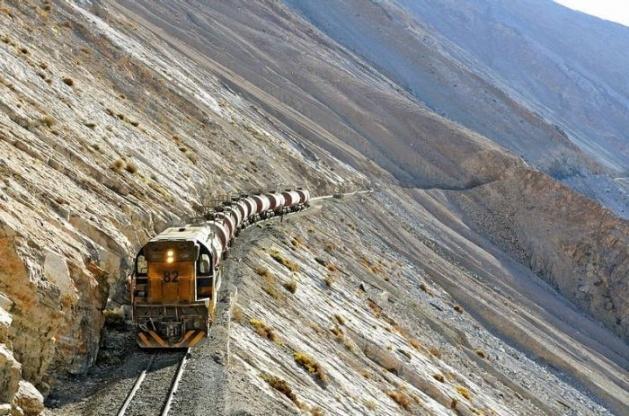 Dağlar arasında şaşırtan tren yolu 15