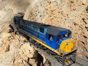 Dağlar arasında şaşırtan tren yolu