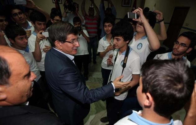 Davutoğlu'ndan öğrencilerle selfie 1