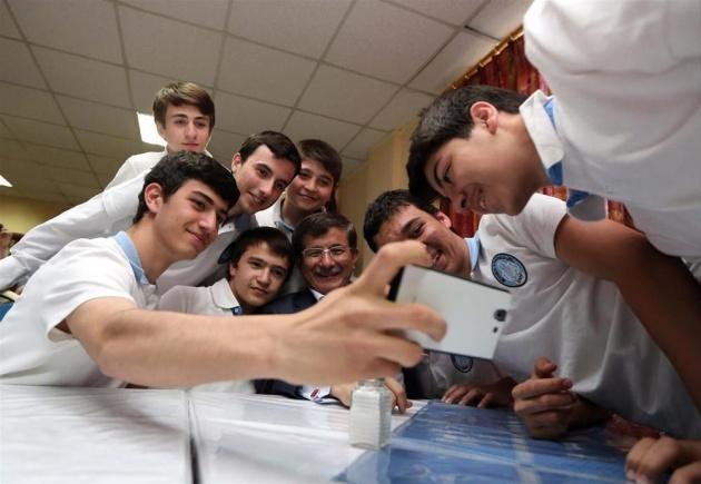 Davutoğlu'ndan öğrencilerle selfie 2
