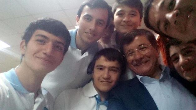 Davutoğlu'ndan öğrencilerle selfie 3