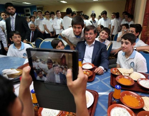 Davutoğlu'ndan öğrencilerle selfie 4