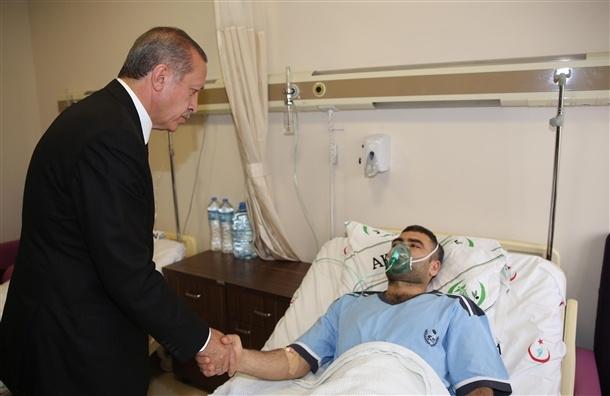 Başbakan yaralıları hastanede ziyaret etti 1