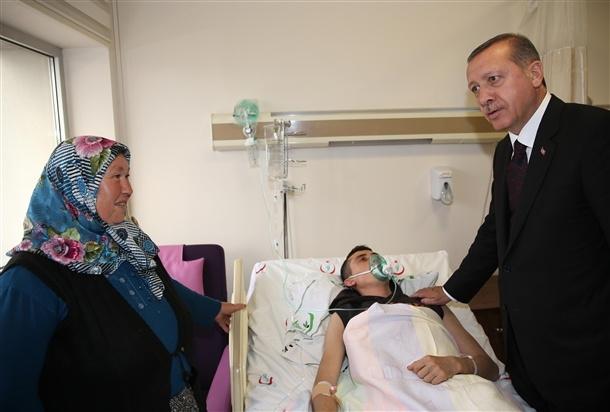 Başbakan yaralıları hastanede ziyaret etti 3