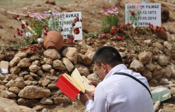Madencilerin mezarlarına çiçekler dikildi 1