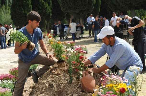 Madencilerin mezarlarına çiçekler dikildi 2