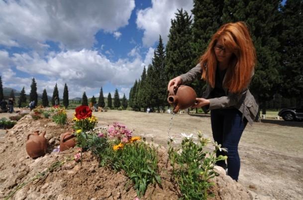 Madencilerin mezarlarına çiçekler dikildi 3