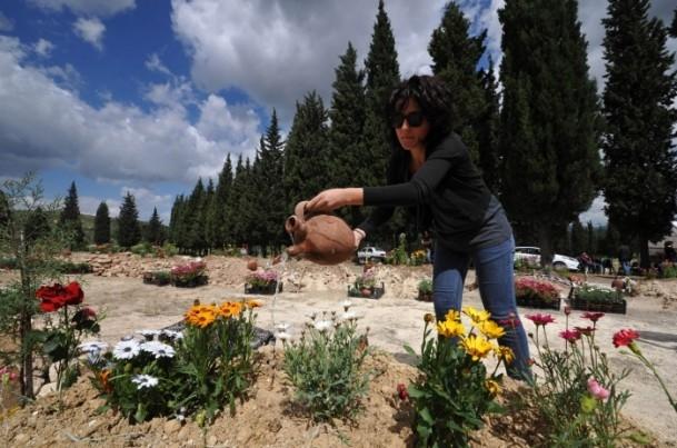 Madencilerin mezarlarına çiçekler dikildi 4